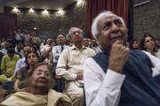Собравшиеся слушают наставления Его Святейшества Далай-ламы во время презентации книги Аруна Шоури «Два святых», организованной в Индийском международном центре Дели. Нью-Дели, Индия. 25 мая 2017 г. Фото: Тензин Чойджор