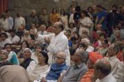 Один из слушателей задает вопрос Его Святейшеству Далай-ламе во время презентации книги Аруна Шоури «Два святых», организованной в Индийском международном центре Дели. Нью-Дели, Индия. 25 мая 2017 г. Фото: Тензин Чойджор