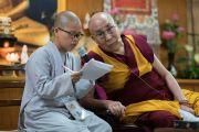 Монах переводит вопрос одного из слушателей в ходе первого дня двухдневной интерактивной встречи Его Святейшества Далай-ламы с буддистами из Вьетнама. Дхарамсала, Индия. 30 мая 2017 г. Фото: Тензин Чойджор (офис ЕСДЛ)