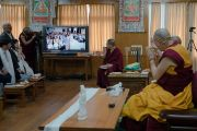 Верующая из Ханоя задает вопрос Его Святейшеству Далай-ламе по видеосвязи в ходе первого дня двухдневной интерактивной встречи с буддистами из Вьетнама. Дхарамсала, Индия. 30 мая 2017 г. Фото: Тензин Чойджор (офис ЕСДЛ)