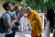 Перед началом встречи в своей резиденции Его Святейшество Далай-лама шутливо приветствует фотографа, сопровождающего группу буддистов из Вьетнама. Дхарамсала, Индия. 30 мая 2017 г. Фото: Тензин Чойджор (офис ЕСДЛ)