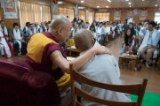 Его Святейшество Далай-лама и монах, выполняющий перевод на вьетнамский язык во время первого дня двухдневной интерактивной встречи с буддистами из Вьетнама. Дхарамсала, Индия. 30 мая 2017 г. Фото: Тензин Чойджор (офис ЕСДЛ)