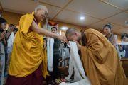 Монах почтительно приветствует Его Святейшество Далай-ламу в зале собраний его резиденции перед началом интерактивной встречи с буддистами из Вьетнама. Дхарамсала, Индия. 30 мая 2017 г. Фото: Тензин Чойджор (офис ЕСДЛ)
