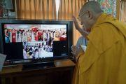 Его Святейшество Далай-лама приветствует по видеосвязи буддистов из Ханоя, Хошимина и Хайфона. Дхарамсала, Индия. 30 мая 2017 г. Фото: Тензин Чойджор (офис ЕСДЛ)