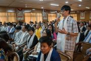 Один из слушателей задает вопрос Его Святейшеству Далай-ламе во время первого дня двухдневной интерактивной встречи с буддистами из Вьетнама. Дхарамсала, Индия. 30 мая 2017 г. Фото: Тензин Чойджор (офис ЕСДЛ)