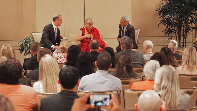 В Ньюпорт-Бич Далай-лама встретился с учителями и предпринимателями
