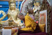 Его Святейшество Далай-лама отвечает на вопросы слушателей во время второго дня трехдневных учений для тибетской молодежи. Дхарамсала, Индия. 6 июня 2017 г. Фото: Тензин Чойджор (офис ЕСДЛ)