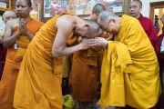 Его Святейшество Далай-лама и один из тайских монахов обмениваются приветствиями в начале второго дня трехдневных учений для тибетской молодежи. Дхарамсала, Индия. 6 июня 2017 г. Фото: Тензин Чойджор (офис ЕСДЛ)