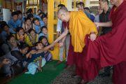 По прибытии в главный тибетский храм в начале второго дня трехдневных учений для тибетской молодежи Его Святейшество Далай-лама приветствует юных тибетцев и их учителей. Дхарамсала, Индия. 6 июня 2017 г. Фото: Тензин Чойджор (офис ЕСДЛ)