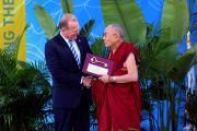 Перед началом публичной лекции мэр Сан-Диего Кевин Фолконер вручает Его Святейшеству Далай-ламе ключ от своего города. Сан-Диего, штат Калифорния, США. 16 июня 2017 г. Фото: Калифорнийский университет Сан-Диего