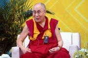 Его Святейшество Далай-лама отвечает на вопросы слушателей в ходе публичной лекции на стадионе Калифорнийского университета Сан-Диего. Сан-Диего, штат Калифорния, США. 16 июня 2017 г. Фото: Калифорнийский университет Сан-Диего