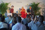Его Святейшество Далай-лама и тележурналистка Энн Карри во время пресс-конференции в Калифорнийском университете Сан-Диего. Сан-Диего, штат Калифорния, США. 16 июня 2017 г. Фото: Джереми Рассел (офис ЕСДЛ)
