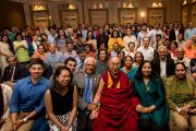Его Святейшество Далай-лама фотографируется с представителями местного индийского сообщества. Сан-Диего, штат Калифорния, США. 18 июня 2017 г. Фото: Эрик Джепсен (Калифорнийский университет Сан-Диего)