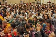 Тибетцы из местного тибетского сообщества слушают наставления Его Святейшества Далай-ламы. Сан-Диего, штат Калифорния, США. 18 июня 2017 г. Фото: Джереми Рассел (офис ЕСДЛ)