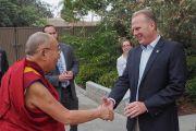 Мэр Сан-Диего Кевин Фолконер приветствует Его Святейшество Далай-ламу, прибывшего в городской зоопарк. Сан-Диего, штат Калифорния, США. 18 июня 2017 г. Фото: Джереми Рассел (офис ЕСДЛ)