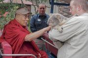 Его Святейшество Далай-лама гладит коалу во время визита в городской зоопарк Сан-Диего. Сан-Диего, штат Калифорния, США. 18 июня 2017 г. Фото: Джереми Рассел (офис ЕСДЛ)