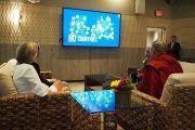 Его Святейшество Далай-лама смотрит фильм о роли городского зоопарка Сан-Диего в деле сохранения различных видов животных и растений. Сан-Диего, штат Калифорния, США. 18 июня 2017 г. Фото: Джереми Рассел (офис ЕСДЛ)