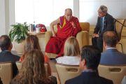 Его Святейшество Далай-лама во время встречи с членами местного отделения Организации молодых президентов. Ньюпорт-Бич, штат Калифорния, США. 19 июня 2017 г. Фото: Джереми Рассел (офис ЕСДЛ)