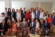 По завершении встречи Его Святейшество Далай-лама фотографируется на память с членами местного отделения Организации молодых президентов. Ньюпорт-Бич, штат Калифорния, США. 19 июня 2017 г. Фото: Джереми Рассел (офис ЕСДЛ)