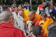 Тибетцы из местного тибетского сообщества почтительно приветствуют Его Святейшество Далай-ламу. Ньюпорт-Бич, штат Калифорния, США. 19 июня 2017 г. Фото: Джереми Рассел (офис ЕСДЛ)