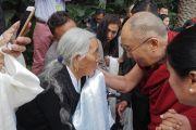 Его Святейшество Далай-лама приветствует верующих. Ньюпорт-Бич, штат Калифорния, США. 19 июня 2017 г. Фото: Джереми Рассел (офис ЕСДЛ)