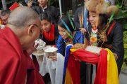 Тибетцы из местного тибетского сообщества подносят традиционное приветствие Его Святейшеству Далай-ламе. Ньюпорт-Бич, штат Калифорния, США. 19 июня 2017 г. Фото: Джереми Рассел (офис ЕСДЛ)