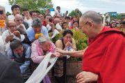 Его Святейшество Далай-лама приветствует некоторых из более чем 400 тибетцев из местного тибетского сообщества, собравшихся, чтобы встретить его по прибытии в отель. Миннеаполис, штат Миннесота, США. 21 июня 2017 г. Фото: Джереми Рассел (офис ЕСДЛ)