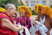 Его Святейшество Далай-лама приветствует тибетских артистов. Миннеаполис, штат Миннесота, США. 21 июня 2017 г. Фото: Джереми Рассел (офис ЕСДЛ)