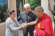 Общественный деятель Билл Остин и его супруга, организаторы визита в Миннеаполис, встречают Его Святейшество Далай-ламу по прибытии в отель. Миннеаполис, штат Миннесота, США. 21 июня 2017 г. Фото: Джереми Рассел (офис ЕСДЛ)