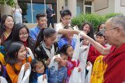 Юные тибетцы подносят традиционные шарфы-хадаки в знак почтения Его Святейшеству Далай-ламе. Миннеаполис, штат Миннесота, США. 21 июня 2017 г. Фото: Джереми Рассел (офис ЕСДЛ)