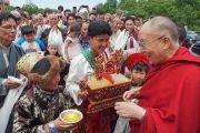 Юные тибетцы подносят Его Святейшеству Далай-ламе традиционное приветствие «чема чангпу». Миннеаполис, штат Миннесота, США. 21 июня 2017 г. Фото: Джереми Рассел (офис ЕСДЛ)