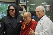 Его Святейшество Далай-лама с музыкантом Джином Симмонсом и общественным деятелем Биллом Остином во время визита в компанию «Слуховые технологии Старки». Миннеаполис, штат Миннесота, США. 22 июня 2017 г. Фото: Джереми Рассел (офис ЕСДЛ)
