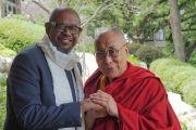 Дээрхийн Гэгээнтэн Далай Лам болон жүжигчин, хурлын удирдагч Форест Уитакер  нар хамтдаа зургаа татуулав. АНУ, МН, Миннеаполис. 2017.06.23. Гэрэл зургийг Жереми Рассел (ДЛО)