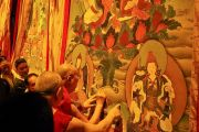 По завершении встречи с тибетцами из местного тибетского сообщества Его Святейшество Далай-лама подписывает большие танки на сцене конференц-центра. Миннеаполис, штат Миннесота, США. 24 июня 2017 г. Фото: Джереми Рассел (офис ЕСДЛ)