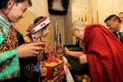 По прибытии в конференц-центр Миннеаполиса Его Святейшеству Далай-ламе подносят традиционное тибетское приветствие «чема чангпу». Миннеаполис, штат Миннесота, США. 24 июня 2017 г. Фото: Тензин Пунцок Вальяг
