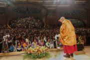 Поднявшись на сцену конференц-центра Миннеаполиса, Его Святейшество Далай-лама приветствует тибетцев из местного тибетского сообщества. Миннеаполис, штат Миннесота, США. 24 июня 2017 г. Фото: Тензин Пунцок Вальяг