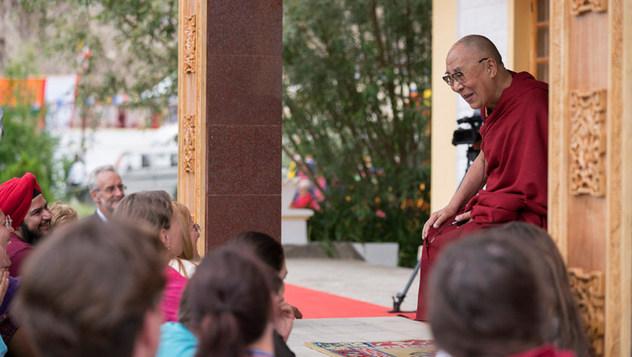 Далай-лама завершил учения по сочинениям «37 практик бодхисаттвы» и «Три основополагающих пункта» и даровал посвящение долгой жизни Белой Тары