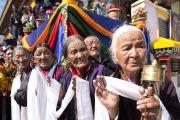 Верующие выстроились вдоль дороги в надежде увидеть Его Святейшество Далай-ламу, направляющегося в храм Джокханг. Ле, Ладак, штат Джамму и Кашмир, Индия. 5 июля 2017 г. Фото: Тензин Чойджор (офис ЕСДЛ)