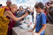 Его Святейшество Далай-лама приветствует маленькую девочку по дороге в храм Джокханг. Ле, Ладак, штат Джамму и Кашмир, Индия. 5 июля 2017 г. Фото: Тензин Чойджор (офис ЕСДЛ)