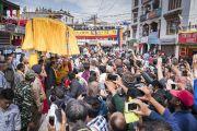Его Святейшество Далай-лама приветствует своих почитателей по прибытии в храм Джокханг. Ле, Ладак, штат Джамму и Кашмир, Индия. 5 июля 2017 г. Фото: Тензин Чойджор (офис ЕСДЛ)