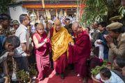 Верующие почтительно провожают Его Святейшество Далай-ламу, покидающего храм Джокханг.  Ле, Ладак, штат Джамму и Кашмир, Индия. 5 июля 2017 г. Фото: Тензин Чойджор (офис ЕСДЛ)