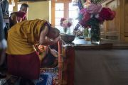 Его Святейшество Далай-лама возносит молитвы у алтаря в храме Джокханг. Ле, Ладак, штат Джамму и Кашмир, Индия. 5 июля 2017 г. Фото: Тензин Чойджор (офис ЕСДЛ)