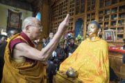 Его Святейшество Далай-лама проводит церемонию освящения новой статуи Будды в храме Джокханг. Ле, Ладак, штат Джамму и Кашмир, Индия. 5 июля 2017 г. Фото: Тензин Чойджор (офис ЕСДЛ)
