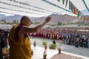 Поднявшись на сцену павильона в Шивацель Его Святейшество Далай-лама машет рукой своим почитателям, собравшимся на торжества по случаю его 82-летия. Ле, Ладак, штат Джамму и Кашмир, Индия. 6 июля 2017 г. Фото: Тензин Чойджор (офис ЕСДЛ)