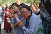 Девушки исполняют на флейтах мелодию в знак приветствия Его Святейшеству Далай-ламе, прибывшему на площадку учений в Шивацель. Ле, Ладак, штат Джамму и Кашмир, Индия. 6 июля 2017 г. Фото: Тензин Чойджор (офис ЕСДЛ)