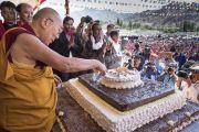 Его Святейшество Далай-лама разрезает праздничный торт, преподнесенный ему в честь 82-летия. Ле, Ладак, штат Джамму и Кашмир, Индия. 6 июля 2017 г. Фото: Тензин Чойджор (офис ЕСДЛ)