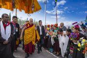 Его Святейшество Далай-лама направляется на площадку учений в Шивацель на торжества, организованные по случаю его 82-летия. Ле, Ладак, штат Джамму и Кашмир, Индия. 6 июля 2017 г. Фото: Тензин Чойджор (офис ЕСДЛ)