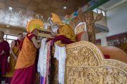 Тикси Ринпоче совершает традиционные подношения во время молебна о долгой жизни Его Святейшества Далай-ламы. Ле, Ладак, штат Джамму и Кашмир, Индия. 6 июля 2017 г. Фото: Тензин Чойджор (офис ЕСДЛ)