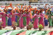 Ладакские девушки в традиционных одеяниях исполняют танец во время торжеств, организованных в Шивацель по случаю 82-летия Его Святейшества Далай-ламы. Ле, Ладак, штат Джамму и Кашмир, Индия. 6 июля 2017 г. Фото: Тензин Чойджор (офис ЕСДЛ)
