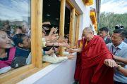 Ученики выглядывают из окна, чтобы пожать руку Его Святейшеству Далай-ламе по завершении его визита в Ладакскую публичную школу. Ле, Ладак, штат Джамму и Кашмир, Индия. 8 июля 2017 г. Фото: Лобсанг Церинг (офис ЕСДЛ)